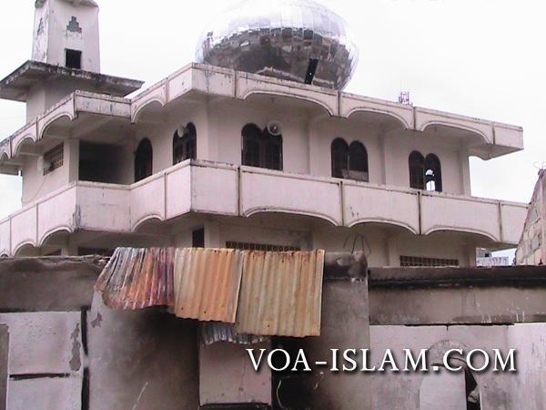 Véritable casus belli pour les djihadistes, la grande mosquée de Waringin a brûlé pendant les émeutes du 11 septembre 2011 (Voice of Al-Islam).