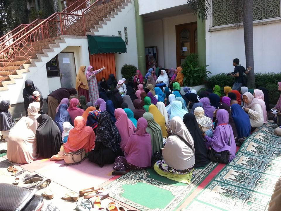 Masjid Muhammad Ramadhan Tidak boleh Buat Pengajian Lagi, Ibu-ibu Gelar Pengajian di Halaman Masjid