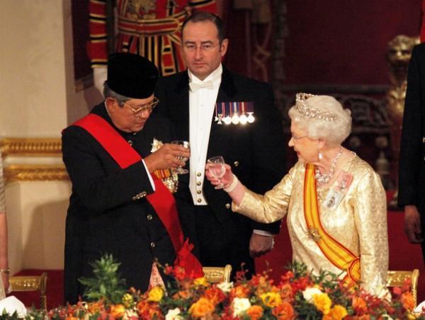 http://www.voa-islam.com/photos3/SBY-Ksatria-Salib-Agung-Knight-G.jpg