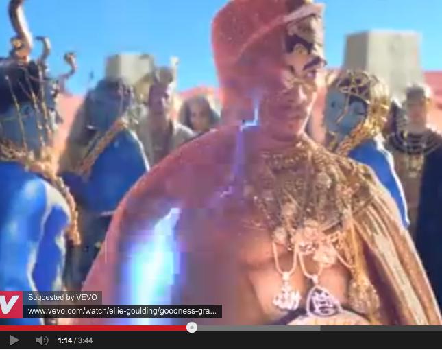 Penyanyi Katy Perry Bakar Kalung Berlafaz Allah Dalam Video Klip 'Dark Horse'