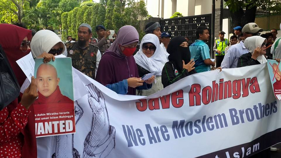 Ratusan Umat Islam Dari Mmi Fpi Fui Kamra Di Depan Kedubes Myanmar