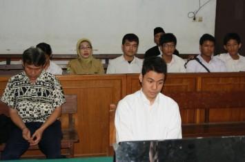 Menginjak dan Mengejek Al-Quran 'Fuck You,' Felix Dituntut Satu Tahun Penjara