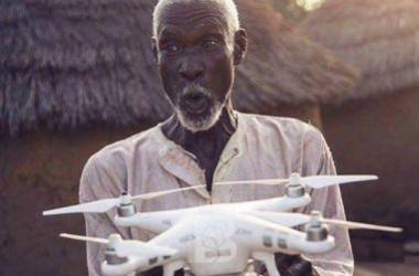 Pertama Lihat Drone, Apa yang Dipikirkan Kakek di Afrika ini?