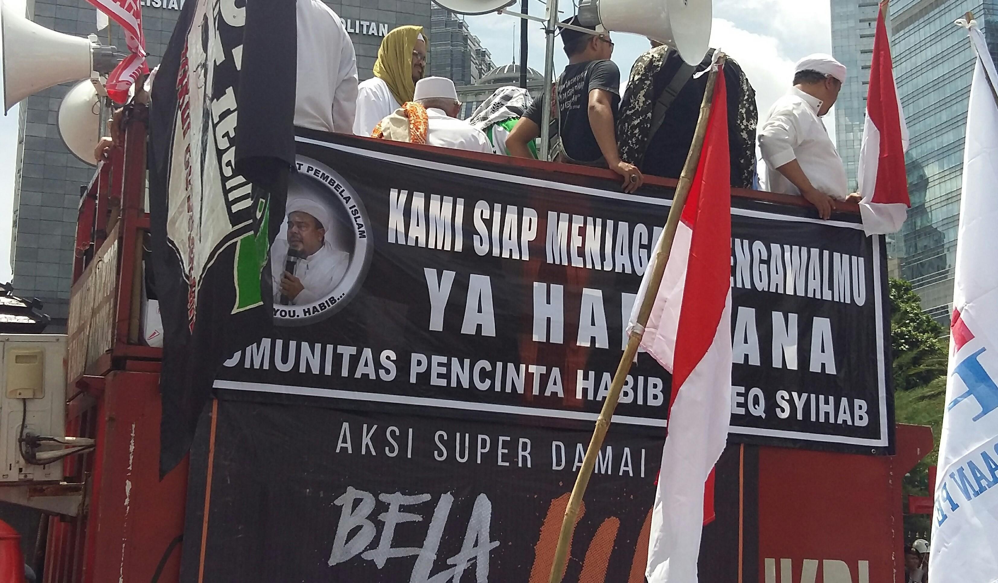 Ribuan Umat Islam Kawal Pemeriksaan Habib Rizieq di Polda Metro Jaya